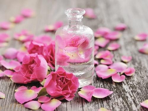 Nước hoa hồng cũng giúp se khít lỗ chân lông