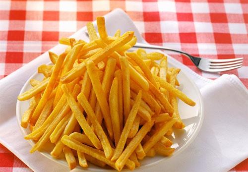 Hạn chế ăn khoai tây chiên cũng là cách để ngăn ngừa mụn xuất hiện