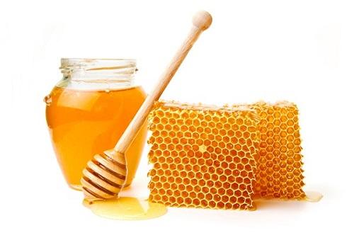 mật ong là nguyên liệu giúp trị thâm hiệu quả