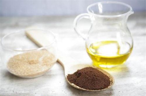Kết hợp cà phê với dầu dừa sẽ là mặt nạ dưỡng trắng da cực kỳ hiệu quả, ngoài ra còn làm hạn chế sự xuất hiện của các đốm sắc tố nâu đen: nám, tàn nhang… và làm da trắng hồng rạng rỡ.
