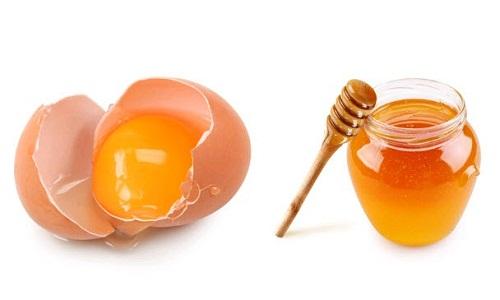 Mật ong và lòng đỏ trứng gà là sự kết hợp hoàn hảo giúp nhũ hoa của bạn hồng hào, tươi trẻ hơn