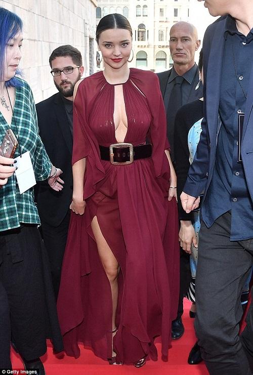 Vòng 1 gợi cảm đáng ghen tị của Miranda Kerr