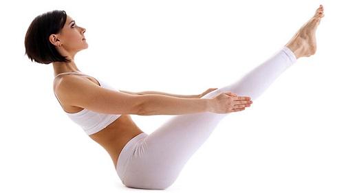 """Tạo dáng thuyền là động tác cuối cùng trong 3 động tác yoga giúp """"đốt cháy"""" mỡ bụng."""