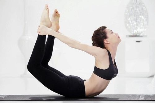 Bằng cách tạo dáng cơ thể thành hình cánh cung, cơ bụng, chân tay của bạn sẽ được kéo căng vừa phải và làm tiêu hao lớp mỡ thừa