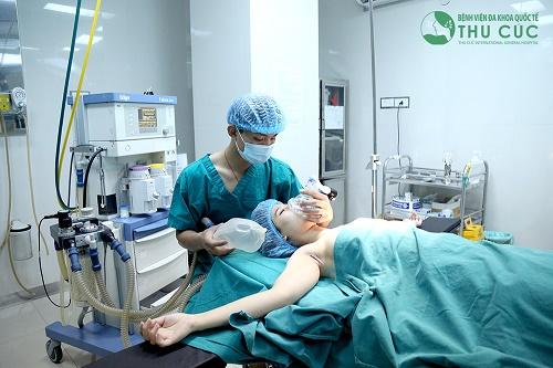 Các bác sĩ của Thu Cúc đang tiến hành nâng ngực chảy xệ trong phòng phẫu thuật vô trùng 1 chiều