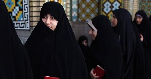 Trang phục phổ thông của phụ nữ Iran. Có thể thấy ngay cả phần tai và cằm cũng được che đi một cách tối đa nhất. Bạn sẽ rất khó phân biệt được những người bạn đã gặp và chưa gặp ở đất nước này nếu như mới đến đây lần đầu