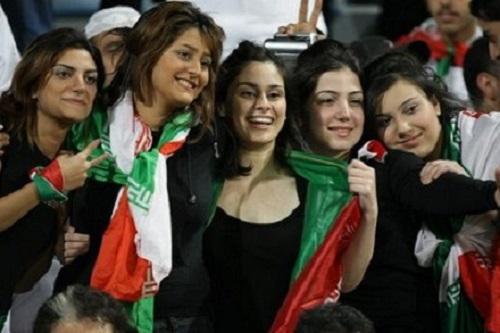 """Truyền hình Iran thậm chí trở nên """"khốn đốn"""" chỉ vì những hình ảnh này của các nữ cổ động viên bóng đá vì họ không quàng khăn che mặt. Một sự khác biệt vô cùng lớn với thời trang chung của thế giới"""