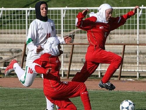 Ngay cả các nữ vận động viên bóng đá cũng không được trái quy định về trang phục khi tham gia thi đấu tất cả các giải bóng lớn nhỏ